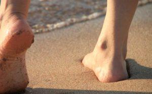 Barfuss im Sand auf Naxos